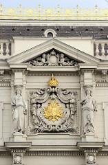 Detailbilder der Architektur Wiens - Fassadenschmuck mit goldener Krone und Doppeladler.