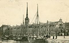 Altes Foto von der historischen Börse in Kopenhagen - Frachtsegler liegen am Kanalufer.