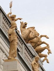 Detailbilder der Architektur Wiens - Neptun mit Dreizack, sich aufbäumende Pferde - Sims / Dachschmuck der Wiener Börse.