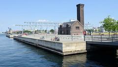 Alte Werftanlagen im Hafen von Kopenhagen - jetzt Teil der Hafenpromenade mit Sitzgelegenheiten zum Entspannen.