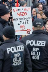 Demo gegen rechte Kundgebung in Hamburg - Hamburger Bündnis gegen Rechts - Polizisten, Protestschild - 1933 oder heute, Nazis woll'n nichts Gutes, Leute!