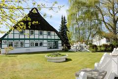 Reetgedecktes Fachwerkhaus mit sorgfältig gepflegten Rasen am Billwerder Billdeich im Hamburger Stadtteil Billwerder.