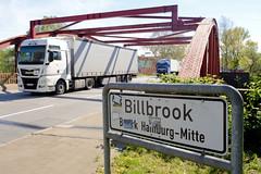 Bilder aus dem Hamburger Stadtteil Billbrook - Stadtteilschild steht, Stadtteilgrenze;  Lastwagen fahren auf der Brosig Brücke.