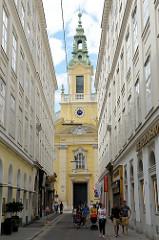 Blick durch die Wiener Plankengasse zum Eingang der Reformierten Stadtkirche.