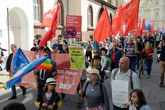 Ostermarsch 2019 - Demo für Abrüstung in Hamburg. Demonstrationszug mit  Plakaten und roten Fahnen.