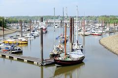 Fotos vom Hamburger Stadtteil Finkenwerder, Bezirk Hamburg Mitte - Sportboothafen / Marina im Rüschkanal. Die Kanalanlage der ehemaligen deutschen Werft wurde für die dahinter liegenden U-Boot Bunker angelegt.