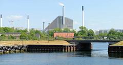 Blick über Kanäle und der Frederiksbastion zu den Schornsteinen von Industrieanlagen / Kraftwerk in Kopenhagen.