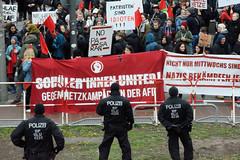 Demo gegen rechte Kundgebung in Hamburg - Hamburger Bündnis gegen Rechts - Transparente und Protestschilder hinter der Absperrung am Dammtor.