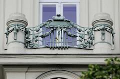 Detailbilder der Architektur Wiens  - Balkon mit aufwändigem Jugendstil-Schmuckgitter.