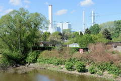 Fotos von Hamburgs Stadtteil Billbrook, Bezirk Hamburg Mitte.  Blick von der Halskebrücke / Halskestraße über den Tidekanal und der am Kanalufer liegenden Kleingartenkolonie zum Kraftwerk Tiefstack.