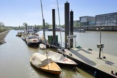 Fotos vom Hamburger Stadtteil Finkenwerder, Bezirk Hamburg Mitte -   Anleger mit Sportbooten und Arbeitsschiffen im Steendiekkanal. Früher war der Kanal Teil der deutschen Werft, die dort Ufer der Elbe Schiffe baute.