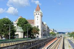 Blick über den Wienfluss und die Bahngleise der Wiener Stadtbahn zum Amtshaus für den 13. + 14. Bezirk. Das Verwaltungsgebäude wurde 1913 im Baustil der Neogotik / Neorenaissance errichtet.