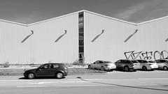 Bilder aus dem Hamburger Stadtteil Billbrook - Kfz Parkplätze und Fassade eines Lagergebäudes in der Borsigstraße.