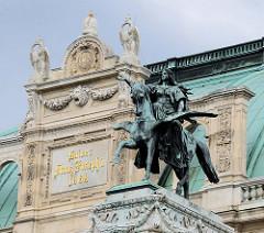 Detailbilder der Architektur Wiens - Bronzestandbild, Reiterin auf geflügeltem Pferd / Pegasus, romantische Dichtung - Staatsoper Wien.
