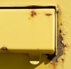 Bilder aus dem Hamburger Stadtteil Billbrook - rostiger Metallbriefkasten am Straßenrand der Berzeliusstraße.
