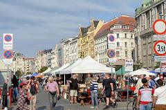 Flohmarkt auf dem Naschmarkt in Wien - Touristen und Einheimische bummeln über das Marktgelände - rechts die Gründerzeitarchitektur an der Linken Wienzeile.