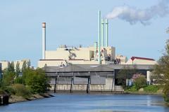 Bilder aus dem Hamburger Stadtteil Billbrook - Blick über den Tidekanal zu Lagerhäusern am Kanalufer und der Kraftwerksanlage Tiefstack.