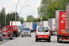 Fotos von Hamburgs Stadtteil Billbrook, Bezirk Hamburg Mitte. Straßenverkehr und parkende Lastwagen / Auflieger im Gewerbegebiet, Industriegebiet an der Halskestraße.