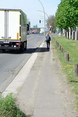 Bilder aus dem Hamburger Stadtteil Billbrook -  ehemaliger Radweg, jetzt Fußweg im Industriegebiet am Pinkertweg.