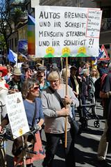 Ostermarsch 2019 - Demo für Abrüstung in Hamburg. Plakat mit der Aufschrift: Autos brennen und ihr schreit - Menschen sterben und ihr schweigt ?!.