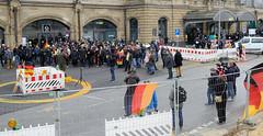 Rechte Kundgebung - Motto Michel, wach endlich auf. Ca. 130 rechte TeilnehmerInnen stehen vor dem Dammtorbahnhof und hören einem Redner zu.