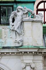 Detailbilder der Architektur Wiens - figürlicher Reliefschmuck, Museum Albertina.
