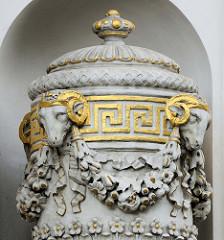 Detailbilder der Architektur Wiens - Steindeckelvase mit teilw. vergoldeten Widderköpfen.