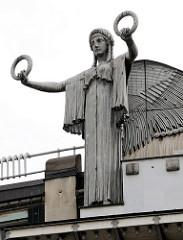Detailbilder der Architektur Wiens - Engelsfigur, Dachschmuck; Gebäude der Österreichischen Postsparkasse.