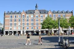 Wohnhaus mit Geschäften, Backsteinfassade - Dachausbau mit Dachreiter, errichtet 1898  - Halmtorvet in Kopenhagen.