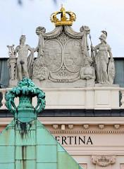 Detailbilder der Architektur Wiens - Dachschmuck mit goldener Krone; Museum Albertina - ehemaliger Stadtwohnsitz des Erzherzogs Albrecht, Herzog von Teschen.
