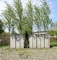 Fotos vom Hamburger Stadtteil Finkenwerder, Bezirk Hamburg Mitte.  Gedenkstätte / Denkmal an das KZ Außenlager deutsche Werft, am jetzigen Rüschpark, der  zum früheren Werftgelände gehörte. Das Mahnmal wurde 1996 von dem Finkenwerder Künstler Axel Gr