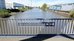 Bilder aus dem Hamburger Stadtteil Billbrook -  Blick von der Tidekanalbrücke  auf den Tidekanal. Auf beiden Seiten der Kanalufer stehen Lagergebäude /Verwaltungsgebäude.