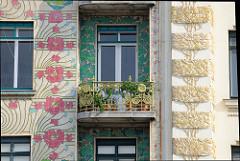 Detailbilder der Architektur Wiens - Hausfassaden, Balkon; Jugendstilornamentik, floraler Fassadenschmuck an der Linken Wienzeile.