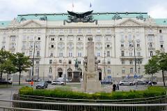 Blick über den Stubenring zum Gebäude des ehem. k.u.k. Kriegsministeriums in Wien - fertiggestellt 1913, Architekt Ludwig Baumann. Heute Regierungsgebäude mit dem  Sitz mehrerer Bundesministerien.