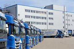 Bilder aus dem Hamburger Stadtteil Billbrook -  Parkplatz mit Lastwagen einer Spedition, Verwaltungsgebäude in der Berzeliusstraße