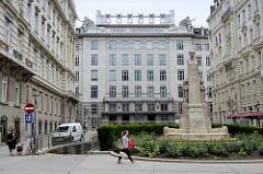 Blick über den Georg Coch Platz zum Gebäude der Postsparkasse in der Wiener Innenstadt. Das Jugendstilgebäude wurde 1906 eröffnet - Architekt Otto Wagner.