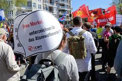 Ostermarsch 2019 - Demo für Abrüstung in Hamburg. Schild vom ican mit der Aufforderung: Frau Merkel, unterzeichnen Sie das Atomwaffenverbot!!!