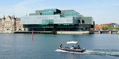 Blick über den Hafen und die Promenade am Hafenufer zu historischen und modernen Architektur von Kopenhagen.