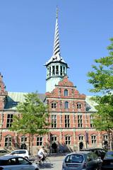 Historische Architektur Kopenhagens - Gebäude der Börse / Børsen, das bis 1974 als Handelsplatz genutzt wurde.  Die Börse wurde 1640 im Stil der Niederländischen Renaissance fertiggestellt - Architekten  Laurens und Hans van Steenwinckel der Jüngere.