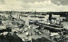 Historisches Hafenpanorama von Kopenhagen - Passagierschiff und Schlepper am Kai - Lastwagen und Pferdefuhrwerke und Lagerware stehen auf dem Kai am Kvæsthusbroen von København.