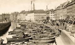 Altes Bild vom Fischmarkt am Gammel Strand in Kopenhagen - Holzfischerboote liegen am Kai.