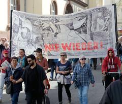 Ostermarsch 2019 - Demo für Abrüstung in Hamburg. Transparent mit dem Picasso-Motiv Guernica und der Aufschrift NIE WIEDER.