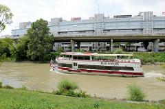 Donaukanal in Wien - Ausflugsschiff Blue Danube mit Touristen in Fahrt - im Hintergrund die Stelzenstraße  der Donaukanalstraße und Verwaltungsgebäude.