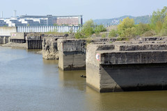 Fotos vom Hamburger Stadtteil Finkenwerder, Bezirk Hamburg Mitte - Blick über den Rüschenkanal zu den gesprengten Fink II U-Boot Bunkern die früher als Teil der deutschen Werft jetzt unter Denkmalschutz stehen.