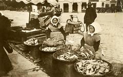 Historische Ansicht von Fischverkäuferinnen in Kopenhagen - der frische Fisch wird aus Weidenkörben verkauft.