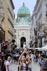 Blick durch die Fussgängerzone Kohlmarkt in Wien zur Wiener Hofburg.