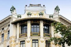 Detailbilder der Architektur Wiens - Eckhaus Linke Wienzeile; Entwurf Otto Wagner 1898. Die goldenen Ornamente wurden von Koloman Moser, die auf dem Dach thronende Skulptur der Ruferinnen stammt von Othmar Schimkowitz.