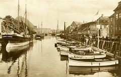 Historische Fotografie vom Frederiksholms Kanal in København - Sportboote / Holzboote und Frachtsegler liegen am Kai.