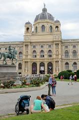 Blick zum Naturhistorisches Museum Wien am Burgring in Wien / Maria Theresien Platz.  Das Gebäude wurde 1865 erröffnet und von  Gottfried Semper und Karl Freiherr von Hasenauer entworfen.