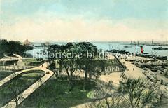 Alte kolorierte Fotografie vom Park / Hafenpromenade Langelinie in Kopenhagen - im Hintergrund liegen Frachtschiffe am Kai und auf Reede.